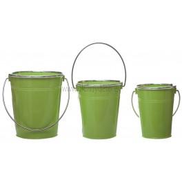 Cubo de metal, lacado en verde