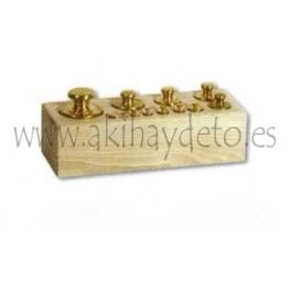 Pesas de latón en zócalo de madera